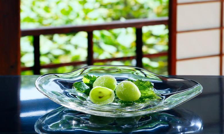 岡山県産マスカット・オブ・アレキサンドリアをまるごと使用したぜいたく和菓子「陸乃宝珠(りくのほうじゅ)」が販売中! イメージ画像